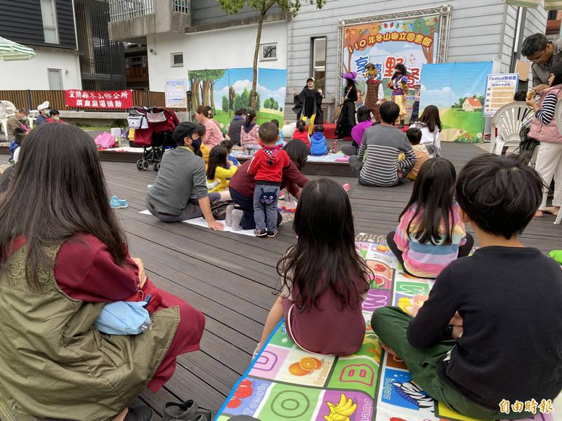 家長帶小朋友來野餐、看表演。(記者蔡昀容攝)