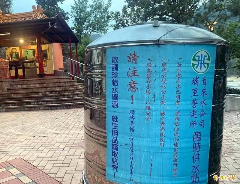 日月潭水庫缺水嚴重,水公司在土地公廟前設臨時供水站情形。(記者謝介裕攝)
