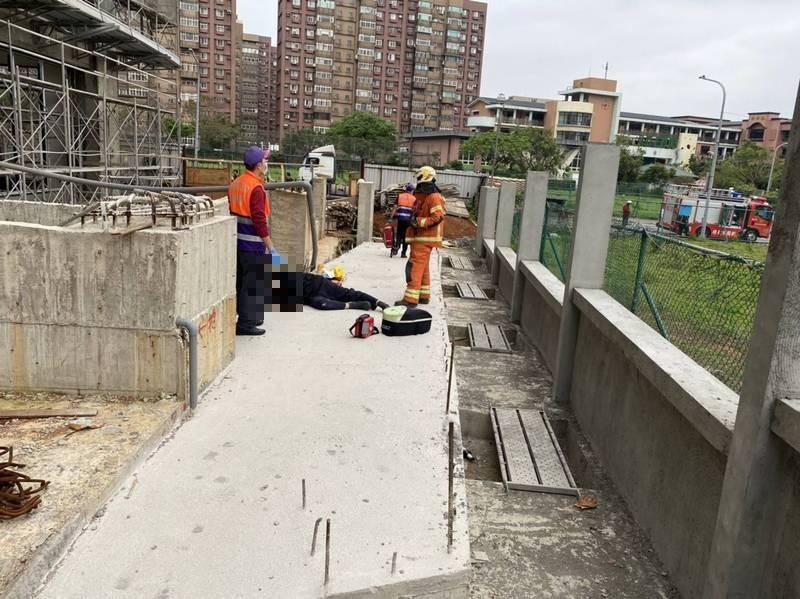 警、消趕到工地現場,發現倒臥地上的鄧姓保全員頭部被鋼筋貫穿已明顯死亡。(記者李容萍翻攝)