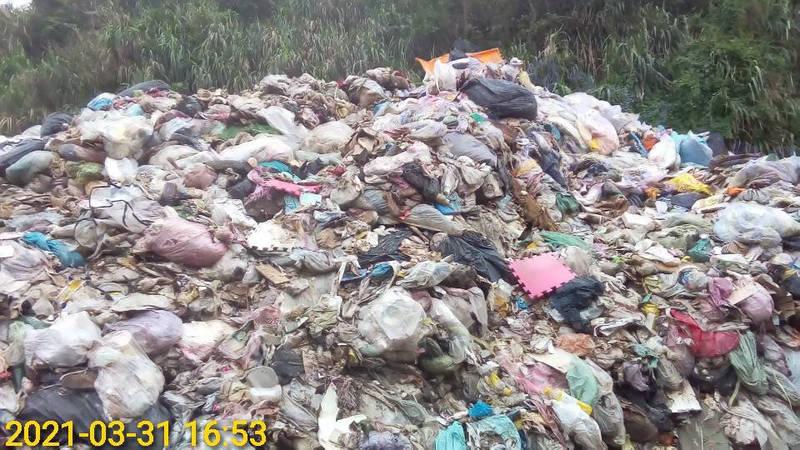 潔寶清潔有限公司堆放廢棄物範圍約1961平方公尺,高度目測約2層樓高。(圖由新北市政府環境保護局提供)