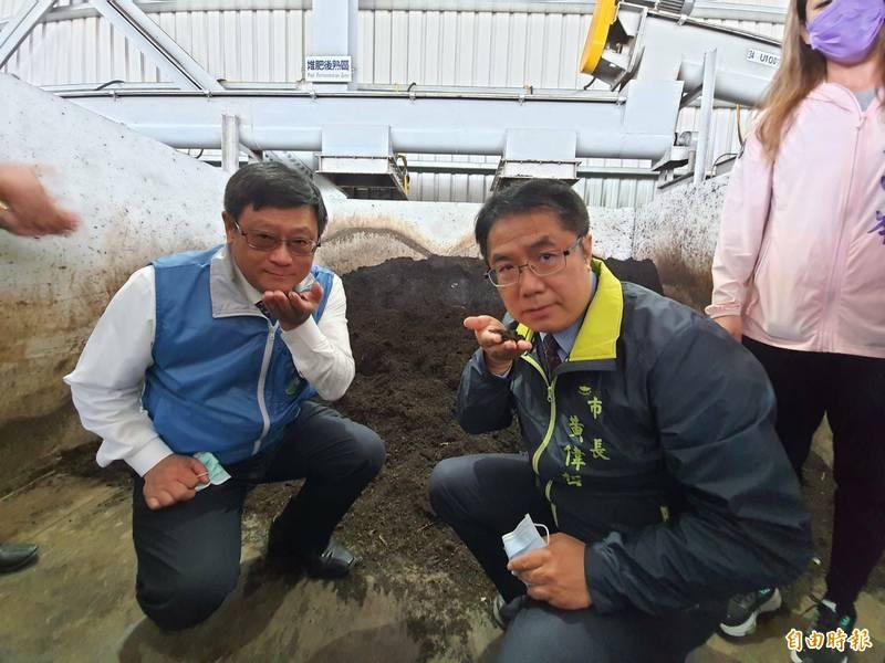 市長黃偉哲(右)與環保署長張子敬嗅聞經處理過的廚餘堆肥成果。(記者王姝琇攝)