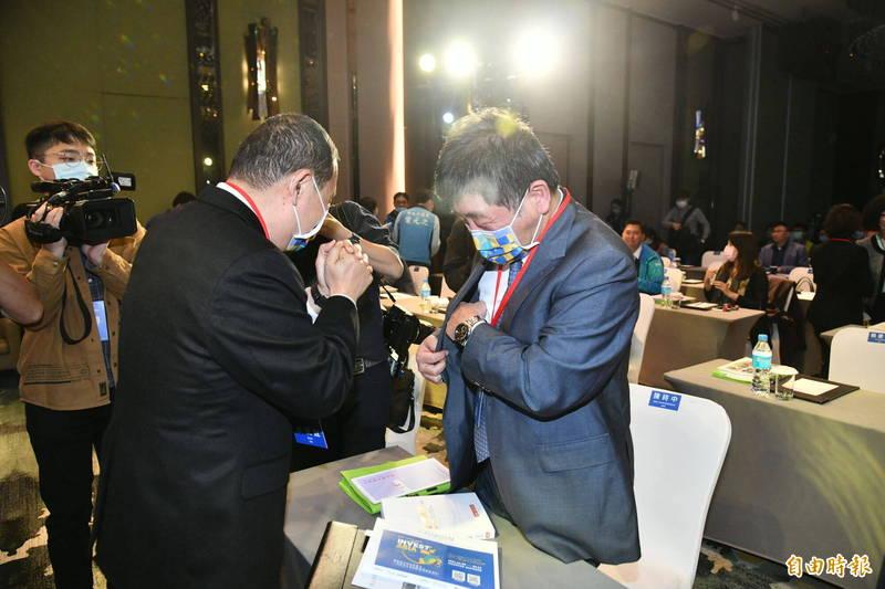 新北市長侯友宜進入會場後,與衛生福利部部長陳時中拱手致意。(記者何玉華攝)