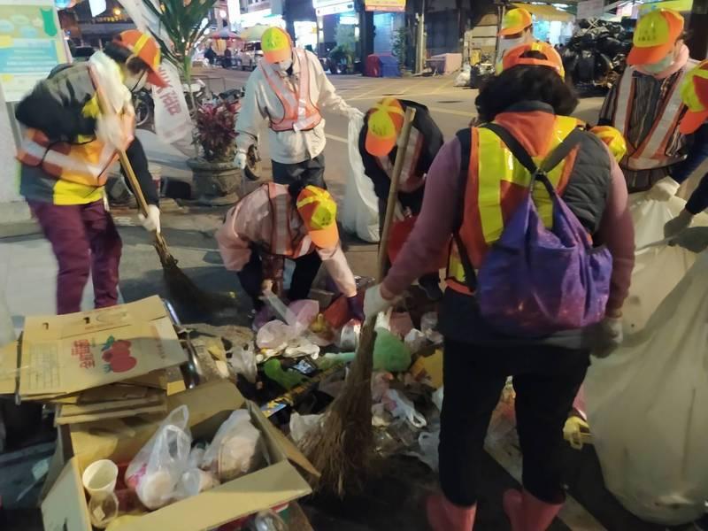 大甲媽遶境今年垃圾量暴增,環保志工與清潔隊人力辛苦善後,維護市容整潔。(記者蔡淑媛翻攝)