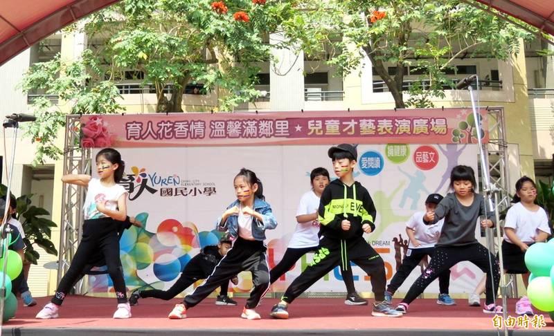 育人國小二年級女童(左2)的舞蹈演出動感吸睛。(記者林宜樟攝)