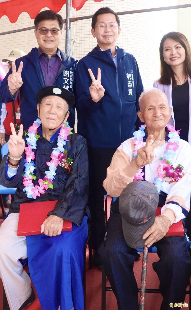 中洲國小校友96歲孫水枰(,前左)、92歲莊國賢返回母校。(記者黃旭磊攝)
