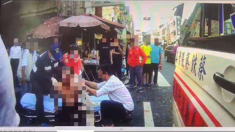 梅山玉虛宮香客遭鞭炮灼傷救援畫面,(嘉義縣消防局提供)