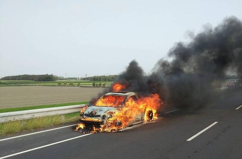 雲林縣道153線東勢往麥寮方向今天下午4點半左右發生火燒車意外,整輛車陷入火海。(讀者提供)