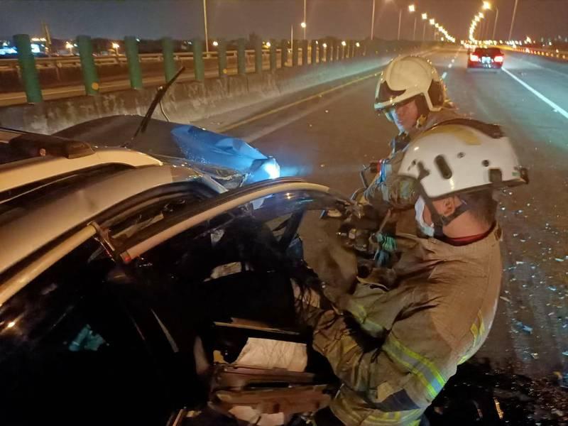 台南台86線東向1.8公里處,今晚發生小客車自撞安全島事故,消防人員到場搶救。(民眾提供)