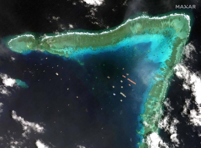 Maxar科技公司3月25日拍攝到衛星照顯示,大批中國船隻群聚南沙群島牛軛礁海域。(法新社)