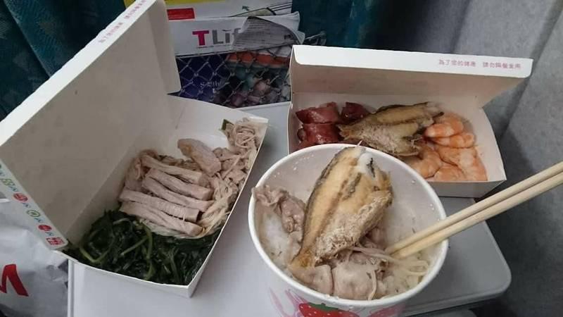 網友在高鐵上打開母親的愛心便當,發現山珍海味應有盡有,連隔壁香港乘客都看傻眼。(翻攝爆廢1公社)