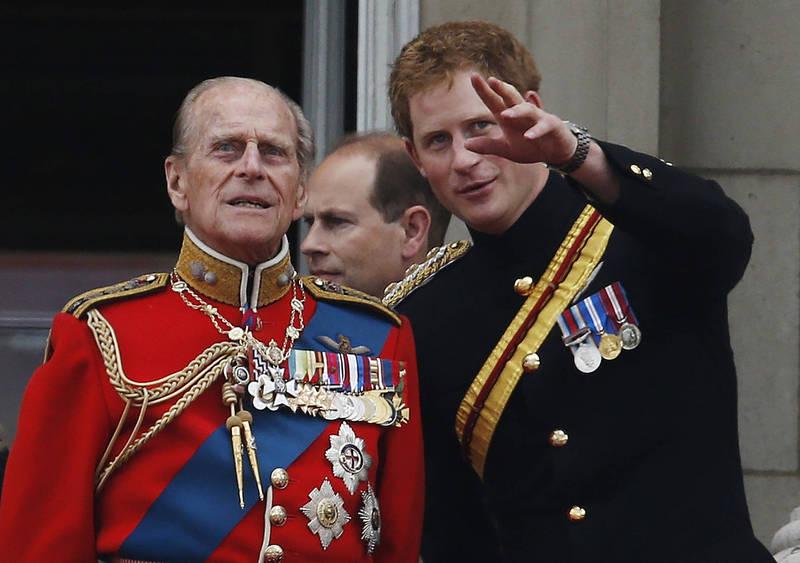 多年前菲利浦親王與孫子哈利的合照。(美聯社)