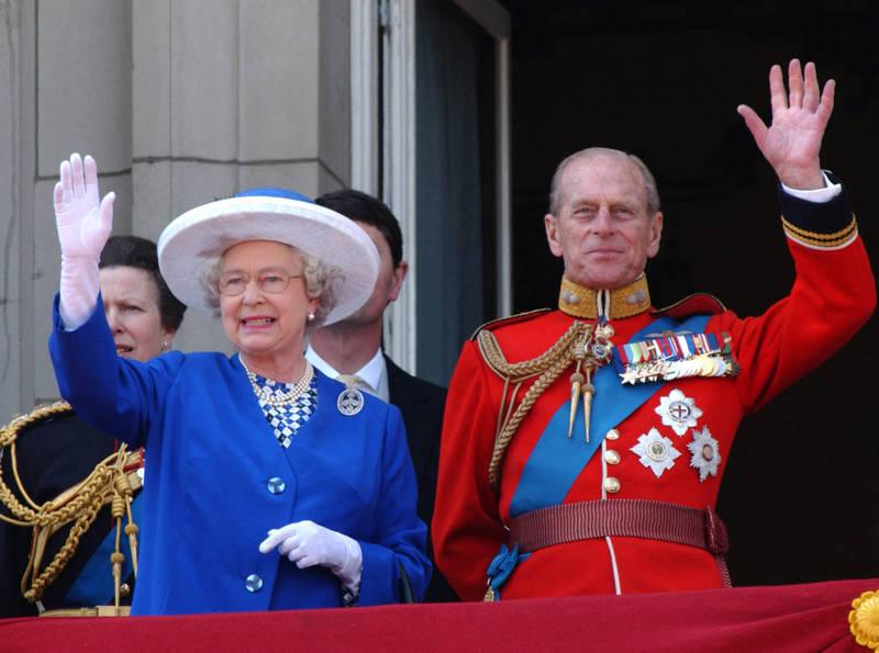 英國已故菲利普親王(右)的最後願望是能夠回到他與女王(左)住的溫莎堡,躺在家中的床辭世,而不是醫院的病床上。(法新社檔案照)
