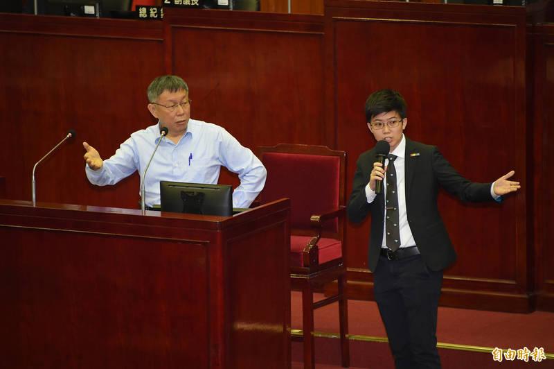 台北市議員苗博雅(右)9日質詢要求對於核四公投立場給出答案,台北市長柯文哲(左)回答,「智者無法回答愚者問題」。(記者塗建榮攝)