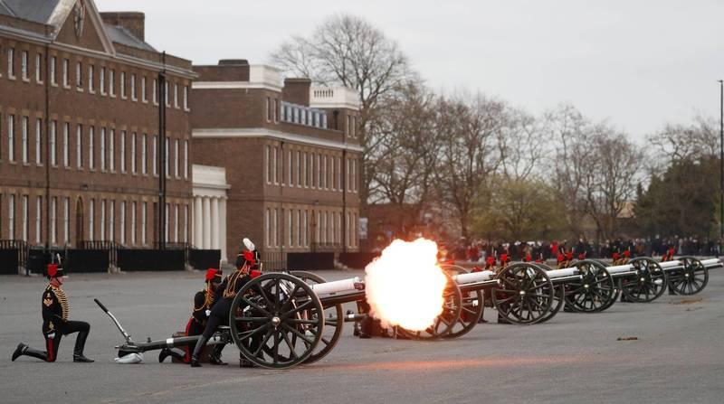 英國軍隊施放41響「矧炮」表達哀悼菲利普親王之意。(路透)