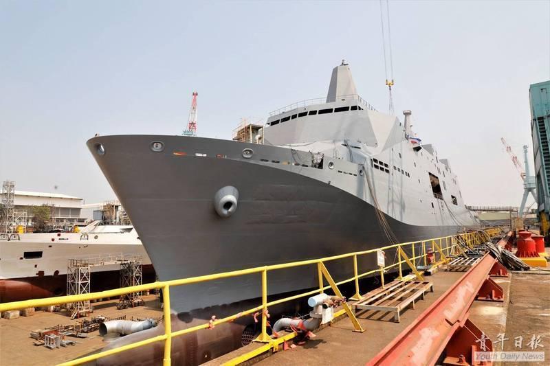 新型兩棲船塢運輸艦原型艦預定在下週二舉行命名下水典禮,軍方邀請蔡英文總統親自主持,新型軍艦將命名為「玉山」軍艦。(圖:取自青年日報臉書專頁)