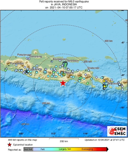 印尼爪哇外海今(10)日稍早發生規模6的地震,搖晃持續約4至5秒鐘,不少民眾嚇得跑到大街上避難。(圖擷取自EMSC推特)