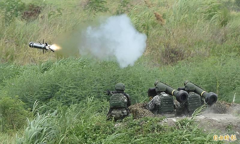 美國售台400枚新型標槍飛彈,將在2022年一次全數交運台灣。圖為漢光演習在甲南海灘進行陸軍標槍飛彈實彈射擊。(資料照)