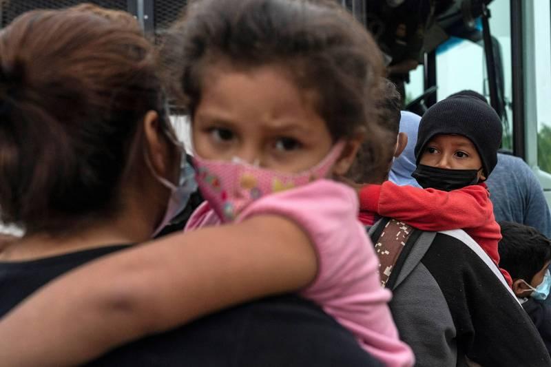 美國總統拜登上任後吸引大量移民湧入美墨邊境。(路透)