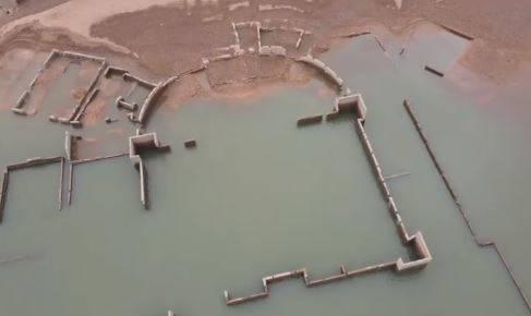中國廣東一處水庫逐漸見底,但卻被驚見水面上浮現遺跡。(圖取自微博)