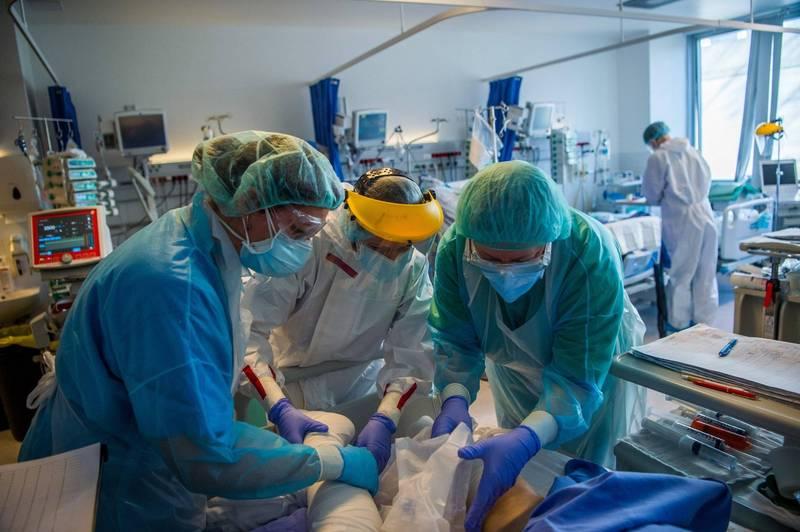 武漢肺炎在全球至少造成291萬7316人喪命,捷克是死亡率最高國家,匈牙利則排名第二,圖為匈牙利醫護人員收治病患的畫面。(歐新社)