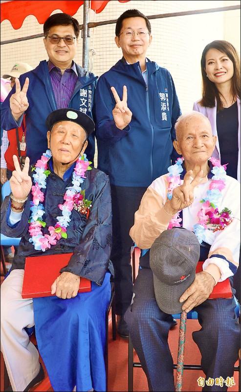中洲國小校友孫水枰(前左)、莊國賢(前右)返回母校。(記者黃旭磊攝)