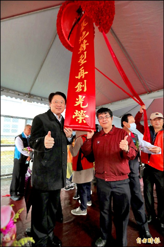 基隆市長林右昌(左)號召曾在四六運指部服役弟兄做最後巡禮,拍照留念。(記者林欣漢攝)