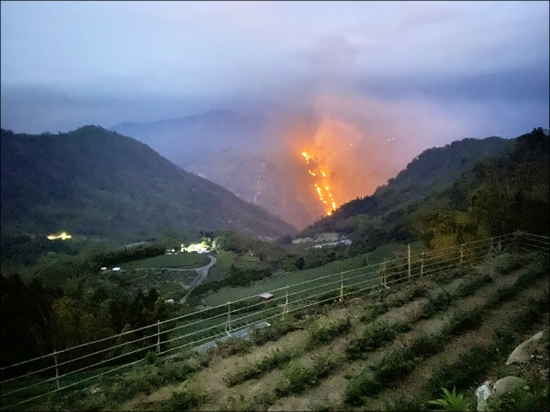 嘉義縣番路隙頂象山昨傍晚發生火燒山。(嘉義縣消防局提供)