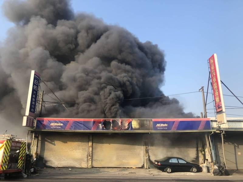 高雄市岡山區岡燕路、介壽東路一家汽車維修廠,今天上午6點47分突然發生火警,現場濃煙密布。(民眾提供)
