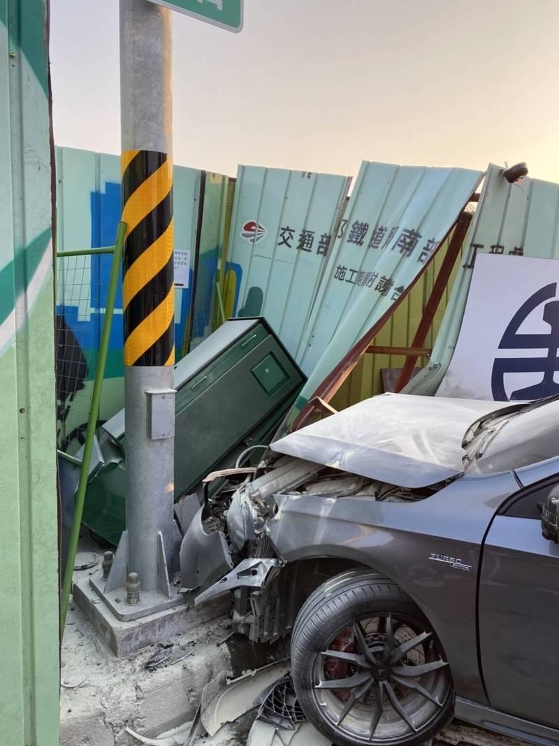 趙姓男子酒後駕駛銀灰色賓士轎車疑車速過快轉彎不慎,撞上車站前工地圍籬。(讀者提供)