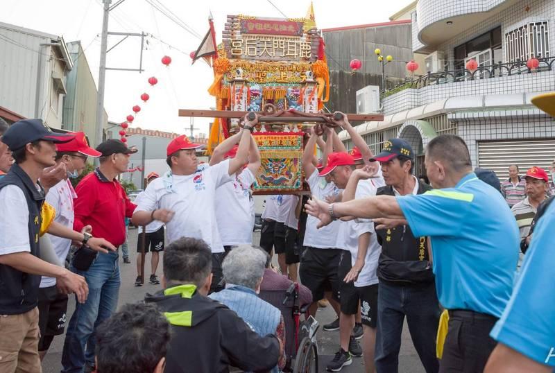 行動不便的信眾要來鑽神轎,中洲寮轎班會成員使盡吃奶的力氣,將神轎抬到最高,完成他們的心願。(讀者胡宗霖提供)