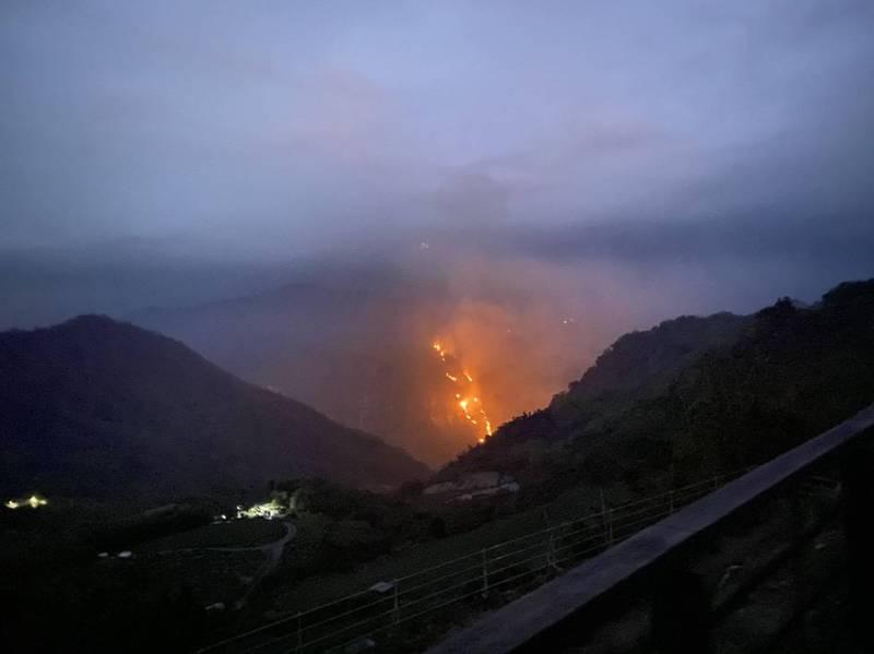 嘉義隙頂象山暗夜惡火的驚人景象。(記者蔡宗勳翻攝)