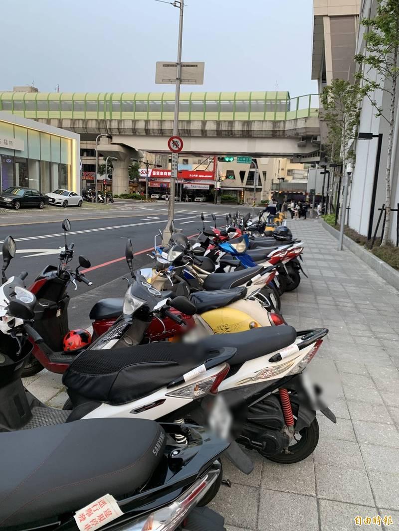 中捷綠線進入第三週,通勤族增加,有民眾發現機車格位不足,因禁停機車標示不清而誤停被開罰(記者蘇金鳳攝)