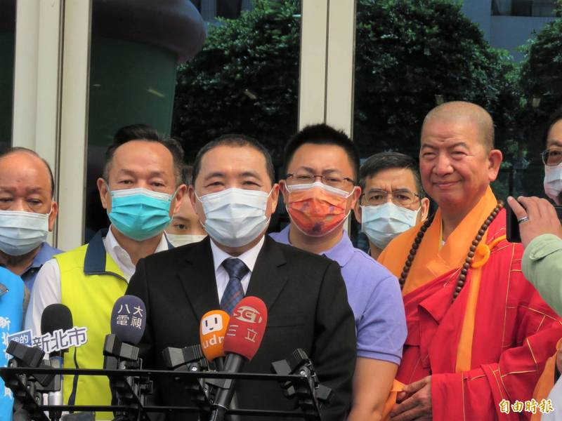 新北市長侯友宜今天於佛教浴佛節慶典會後受訪。(記者陳心瑜攝)