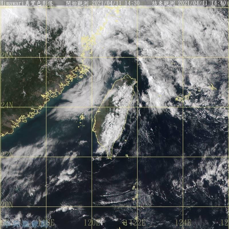 中央氣象局表示,目前在菲律賓東南方海域的低壓正持續發展,預估週三、四有機會增強為熱帶性低氣壓。(記者蕭玗欣翻攝)