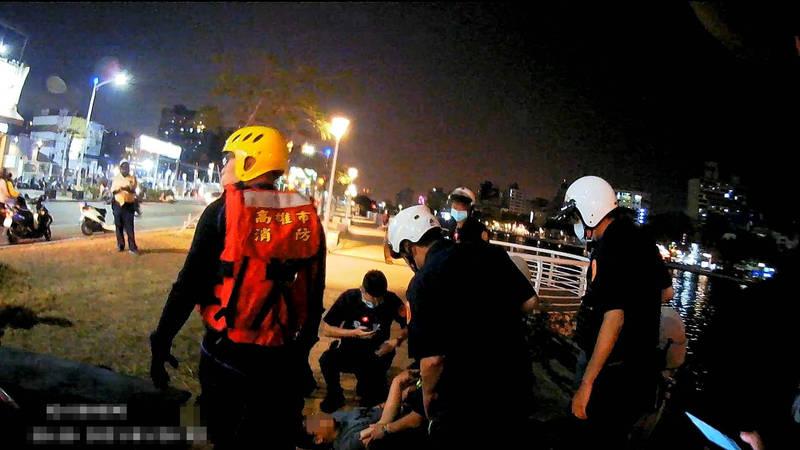 19歲男子與友人失聯跑到愛河畔直播,2個分局員警合力尋獲救人。(民眾提供)