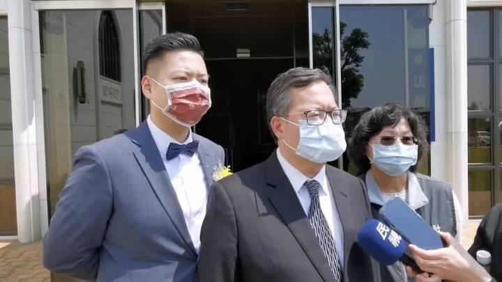 AZ疫苗明天起開放第二、三類接種對象,桃園市長鄭文燦表示,他明天一早8點就會去衛福部桃園醫院接種,成為10縣市首長接種第一人。(記者陳恩惠翻攝)