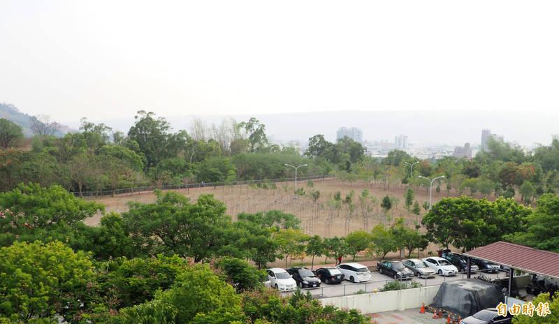 草屯鎮植物公園沒有電桿電線,場地中央常拿來辦活動,環公園步道是民眾散步慢跑的地方,該公園在必要時可提供急難救災臨時場所之用。(記者陳鳳麗攝)