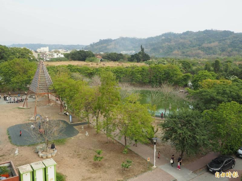 草屯植物公園斜前方是兒童樂園,與後方植物公園形成親子園區,從高處遠眺十分美麗。(記者陳鳳麗攝)