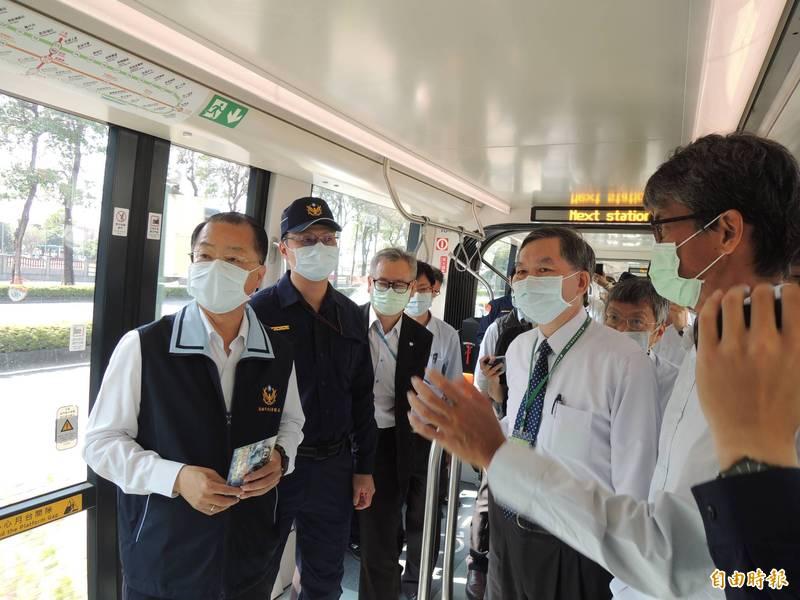 高市警察局長黃明昭(左一)日前率隊拜訪輕軌,了解捷運警察隊執勤情況。(記者王榮祥攝)
