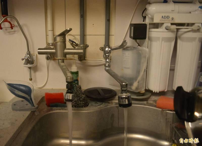 台中太平程姓男子家中3年前裝自來水,家中水管還特別註明,沒想到近日停水家中卻有水,一查才發現喝了3年地下水。(記者陳建志攝)