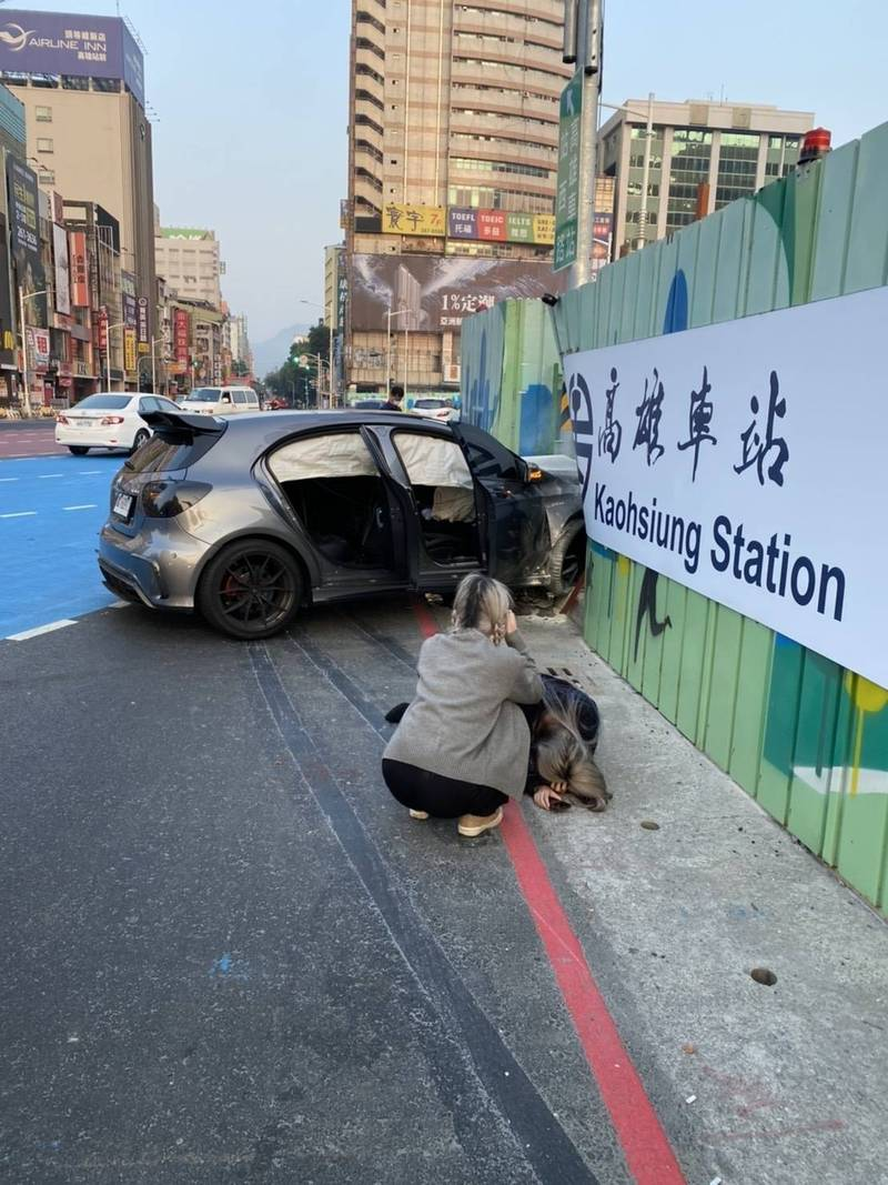 一輛銀灰色賓士轎車疑車速過快轉彎不慎,撞上車站前工地圍籬,這是站西路開通1個多月,首起酒駕、自撞車禍。(讀者提供)