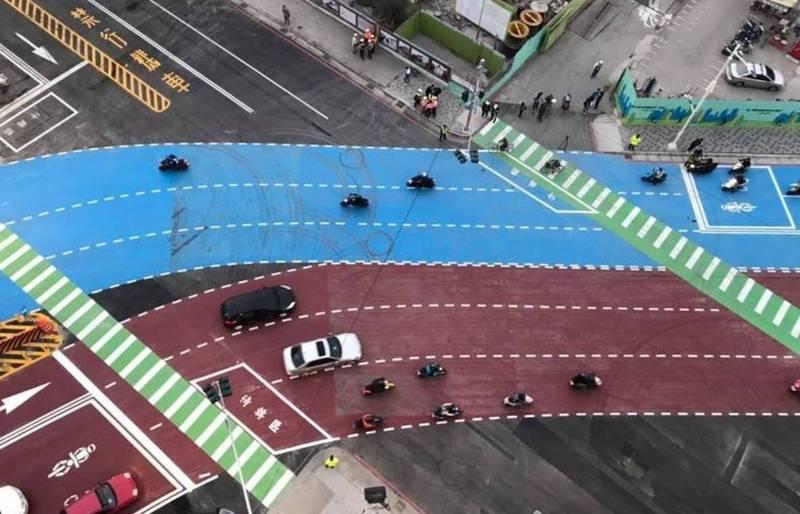 站西路兩側彎曲幅度,且路面繪有紅、藍色標線,一度引發民眾擔心彩色路面是否會比較滑。(圖擷自臉書「高雄點」)