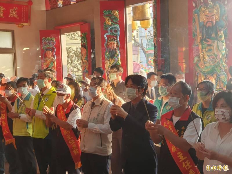 副總統賴清德(右三)贈匾「生民孚佑」新營區大將公廟,今主持揭匾。(記者王涵平攝)