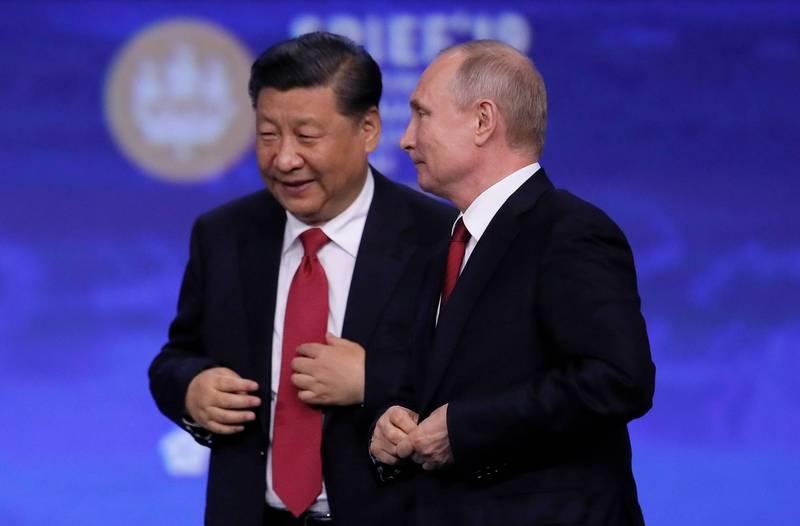 衛報專欄作家提斯道爾指出,現今美中俄3強鼎立,宛如歐威爾《1984》描述的世界。圖為習近平與普廷2019年6月在聖彼得堡國際經濟論壇會晤。(路透檔案照)