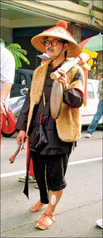 報馬仔從頭到腳超過20個特殊裝扮都深具含意,寓意媽祖「知足、長善、感恩、惜福」的四大精神。(楊登嵙提供)