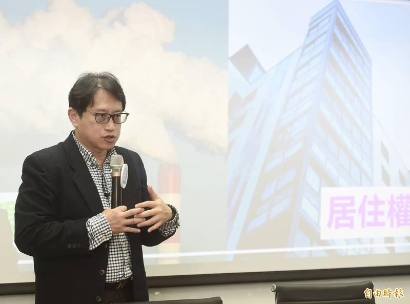台灣制憲基金會11日舉辦「環境權入新憲的挑戰、困境及可能」演講活動,邀請台灣制憲基金會副執行長宋承恩以「台灣新憲法公投運動的現況與展望」為題演講。(記者簡榮豐攝)