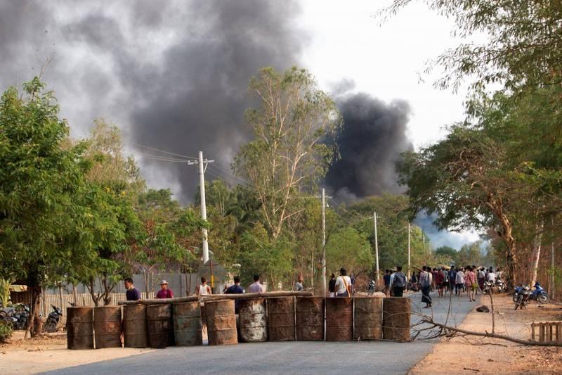 軍警使用爆裂物轟擊示威者所架設的路障。圖為示威者路障示意圖。(路透)