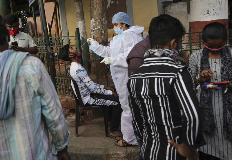 印度第2波疫情來勢洶洶,政府正加速疫苗接種、考慮實施更嚴格的限制措施來減緩病毒散播。(美聯社)