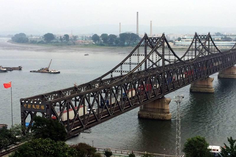 北韓政府人士透露,北韓與中國邊境可能在本月「解封」,恢復鐵路貨運。圖為「中朝友誼橋」(美聯社)