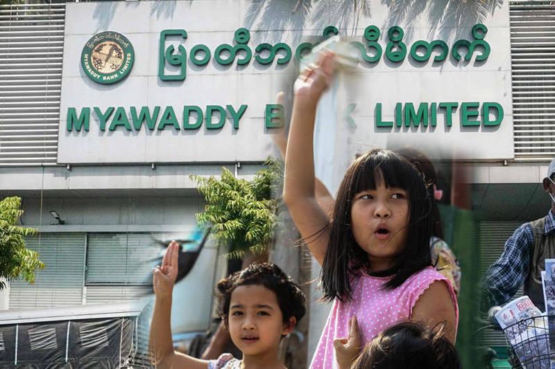緬甸爆發軍事政變,軍政府與抗議者衝突不斷,至今已超過700人喪命。(歐新社,本報合成)